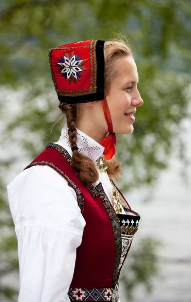 d2c6928f9aeaa9c07503ca5552c3e205--saami-traditional-clothes.jpg