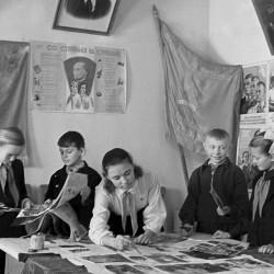 Дети за созданием школьной стенгазеты